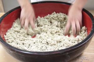 水分を含んだそば粉が少しずつ固まりになります