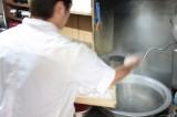 打ち上がった麺を沸騰したお湯に投入